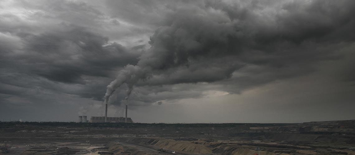 Schlote und dunkle Wolken - Blamage für die Bundesregierung: Deutschland hat seinen Klimaschutzplan 2050 nicht fertig bekommen. Und die Weltklimakonferenz COP 22 in Marrakesch läuft schon.
