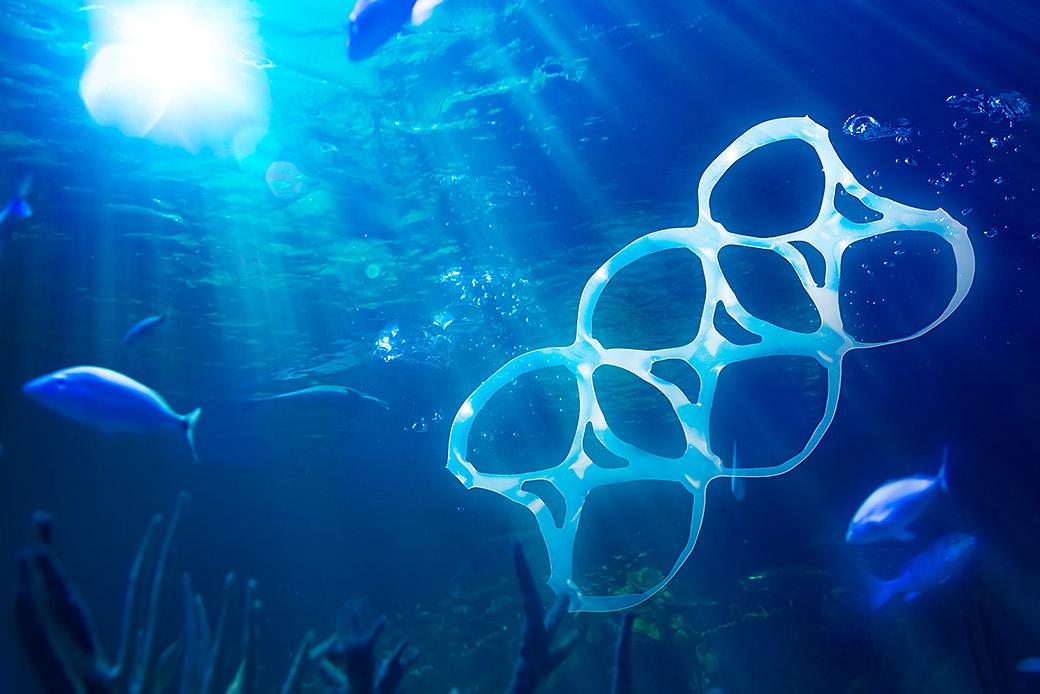 Six-Pack-Halter aus Plastik treibt im Meer. ©iStock / getty images