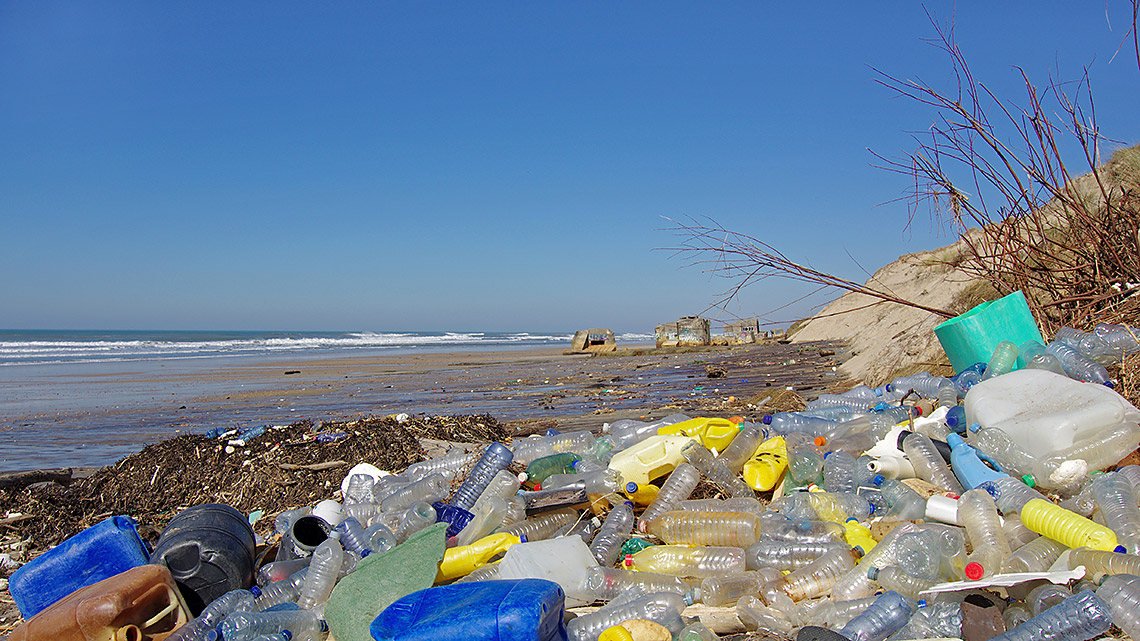 Plastik am Strand ©iStock / getty images