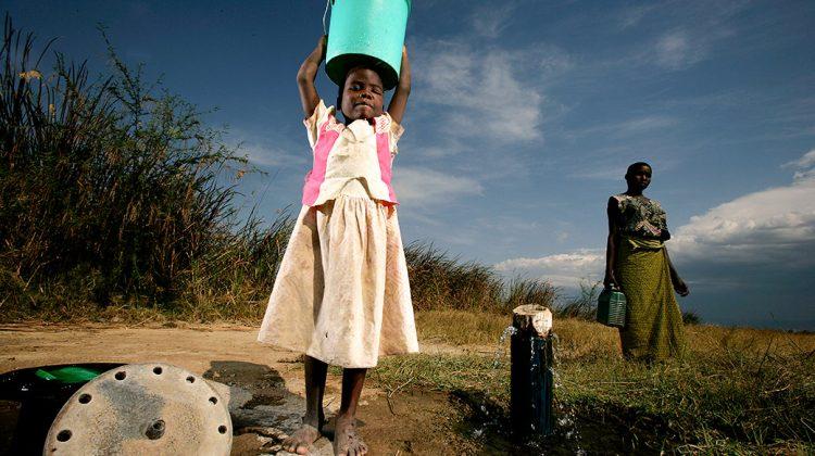 Wassermangel: Zwei Mädchen in Tansania mit Wasserkanistern