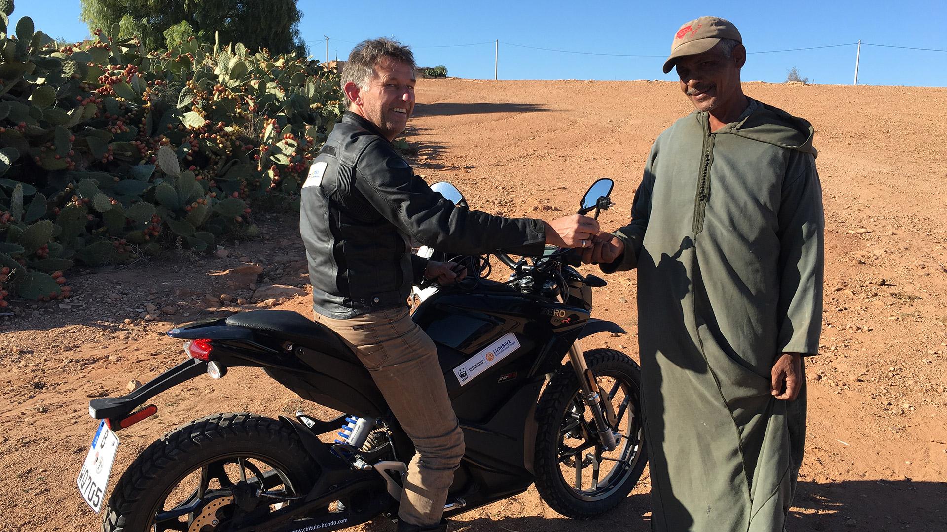 Zeigen, was mit Elektromobilität geht: Jörn Ehlers mit E-Motorrad in der Wüste