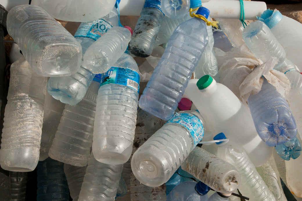 Plastik Flaschen am Strand gesammelt