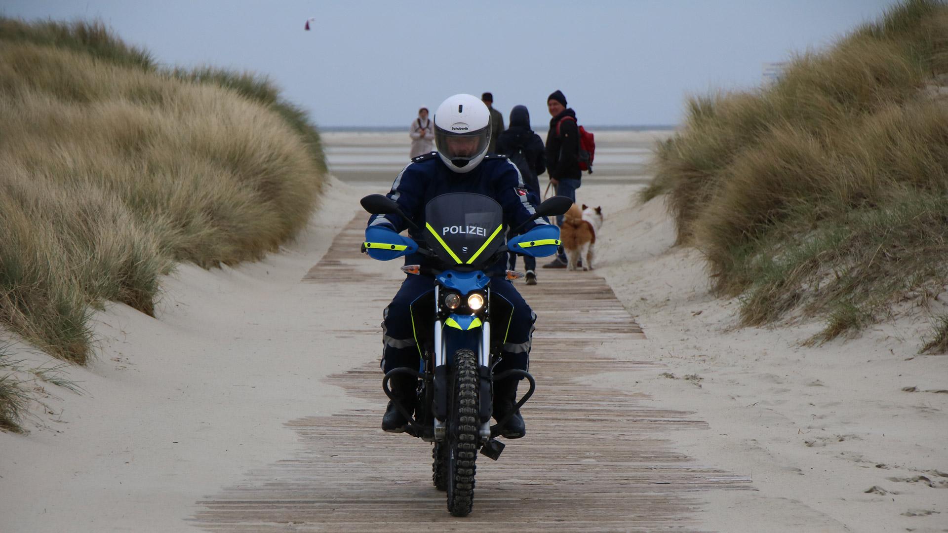 Elektromobiliträt hat Vorfahrt: Elektromotorrad in den den Dünen von Borkum