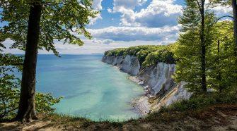 Kreidefelsen und Meer: Die Küste der Insel Rügen. Dahinter stehen Buchenwälder, die UNESCO Weltnaturerbe sind: Die wertvolle Natur, die der WWF in Deutschland schützt, ist natürlich auch sehenswert als Ausflugstipp und Reiseziel.