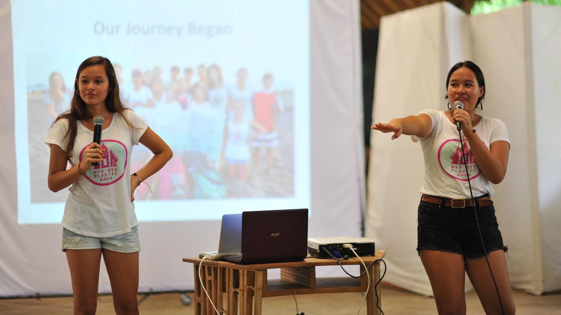 BBPB: Bye Bye Plasticbags heißt die Initiative von Isabel und Melati Wijsen. Die beiden Schwestern haben schon einiges erreicht, um Plastiktüten endgültig von ihrer Heimatinsel Bali zu befreien und so auch den Plastikmüll im Meer zu reduzieren. Hier halten sie eine ihrer vielen Reden, mit der sie seit Beginn an weltweite Aufmerksamkeit schüren.