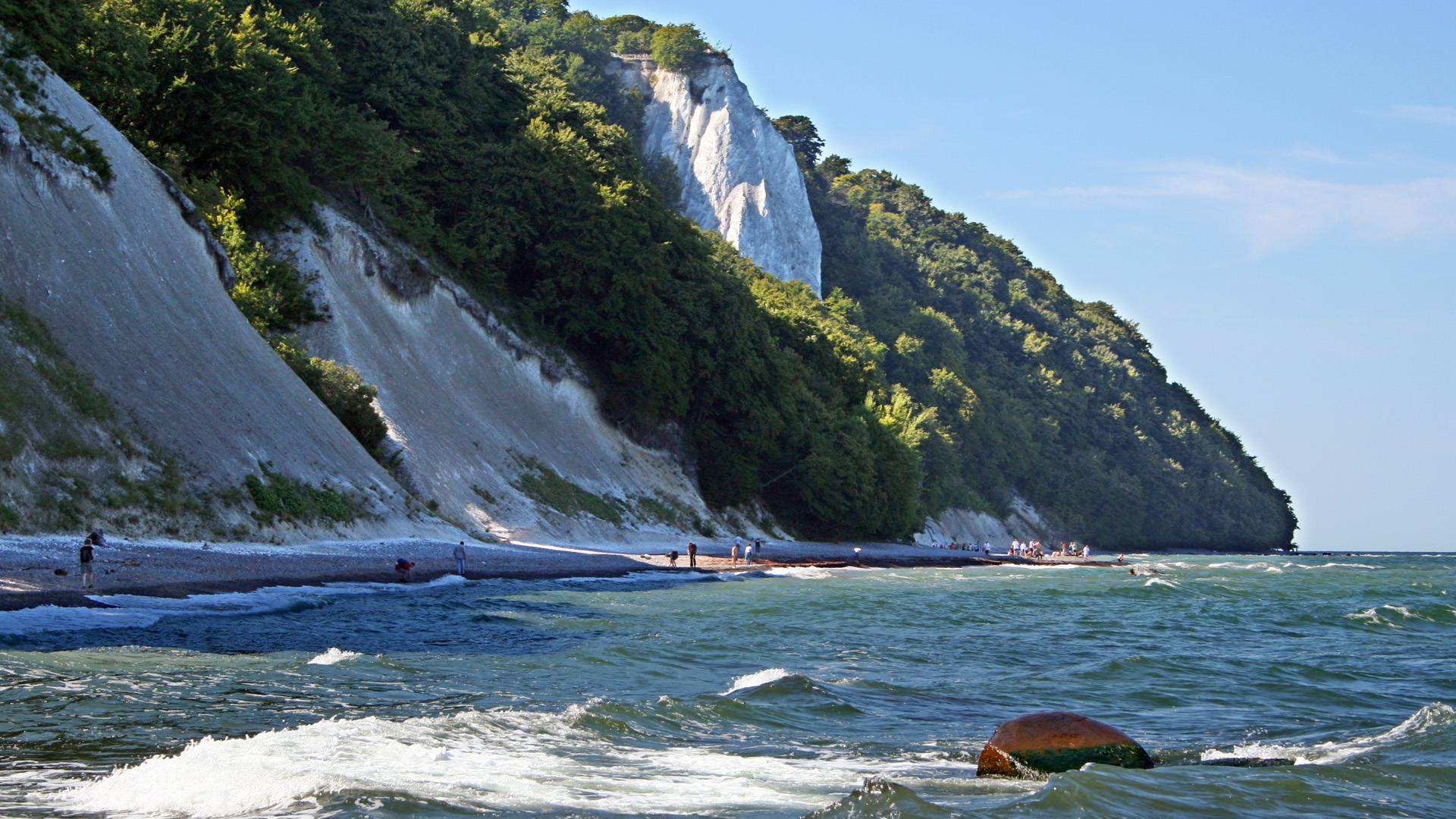 Kleinster Nationalpark Deutschlands: Die Küste der Insel Rügen. Dahinter stehen Buchenwälder, die UNESCO Weltnaturerbe sind: Die wertvolle Natur, die der WWF in Deutschland schützt, ist natürlich auch sehenswert als Ausflugstipp und Reiseziel.