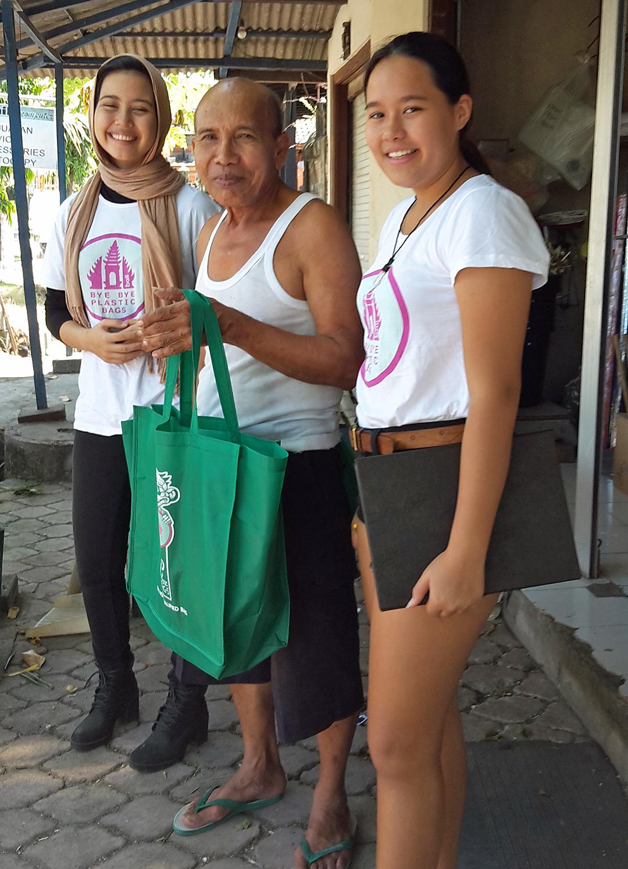Ladenbesitzer in Pererenan, dem Pilot-Dorf von Bye Bye Plastic Bags auf Bali