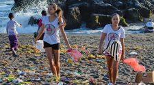 Die Schwestern Isabel und Melati Wijsen am Strand von Bali, zwischen Plastikmüll, gegen den sie erfolgreich ankämpfen. Inzwischen hat balis Gouverneur sogar eine Absichtserklärung unterschrieben!