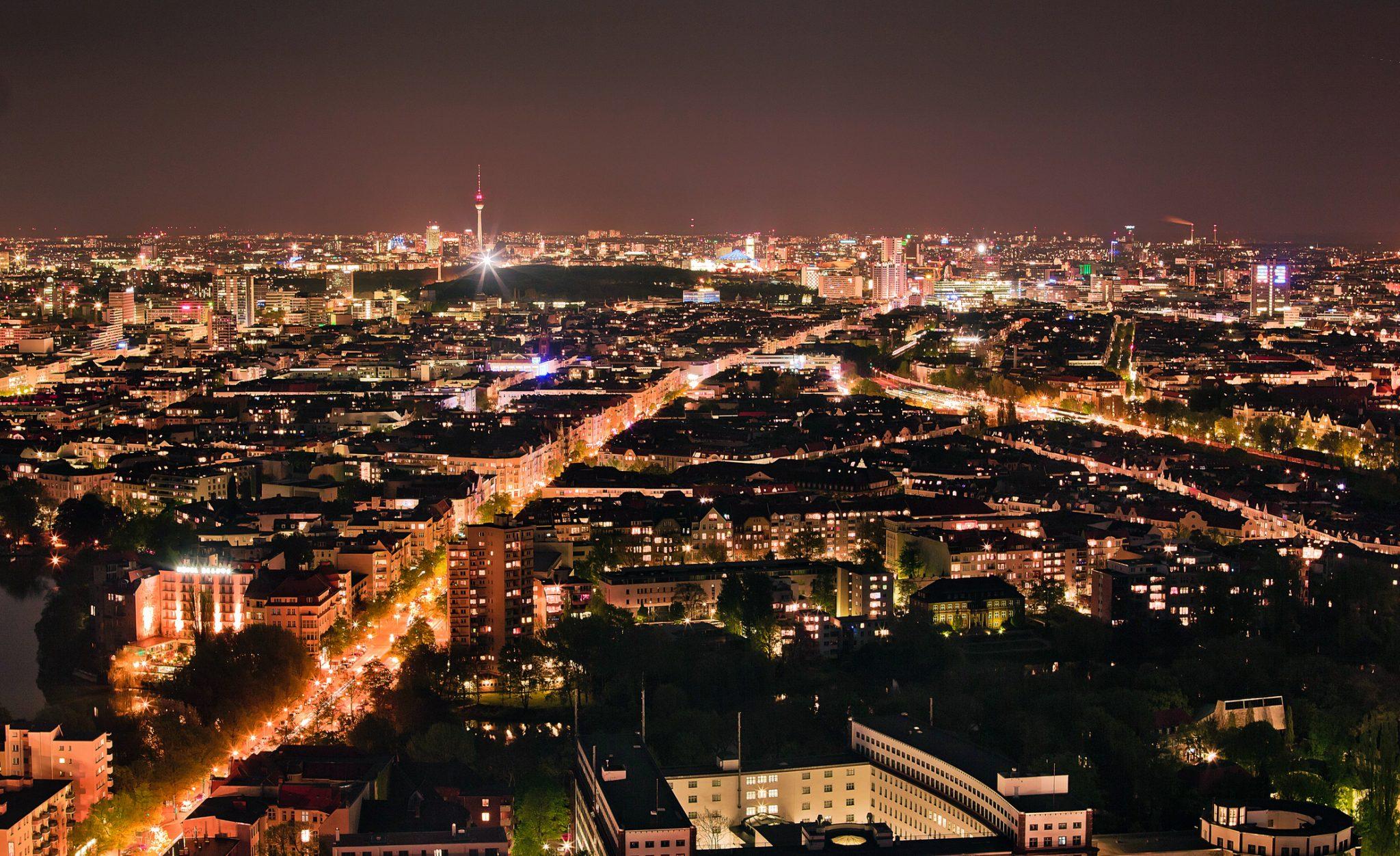 Berliner bei Nacht, kein Stern am Himmel - Lichtverschmutzung par excellence. © iStock/getty images