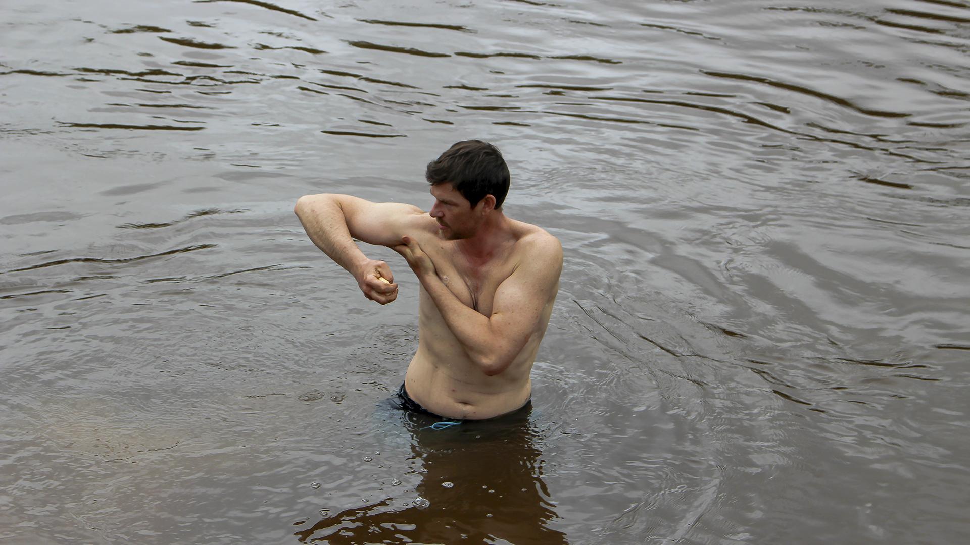 Dirk badet sich in Bolivien @ Gesa Koch-Weser / WWF Deutschland