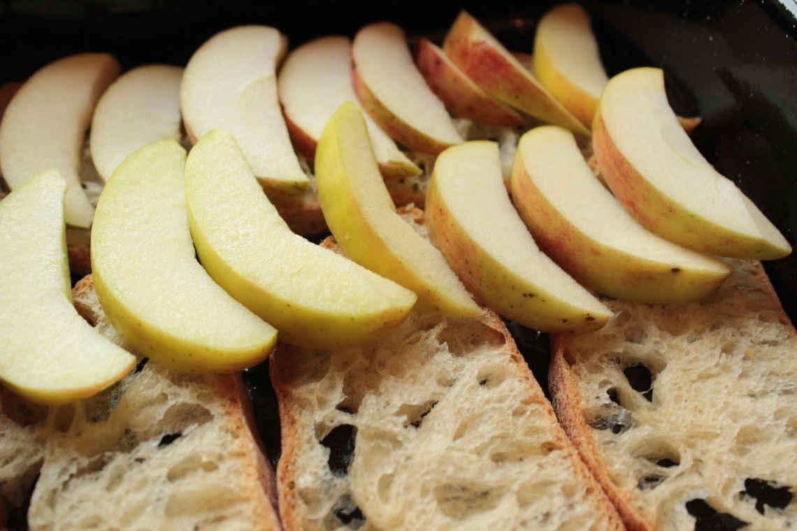 Reste: Brot und Äpfel