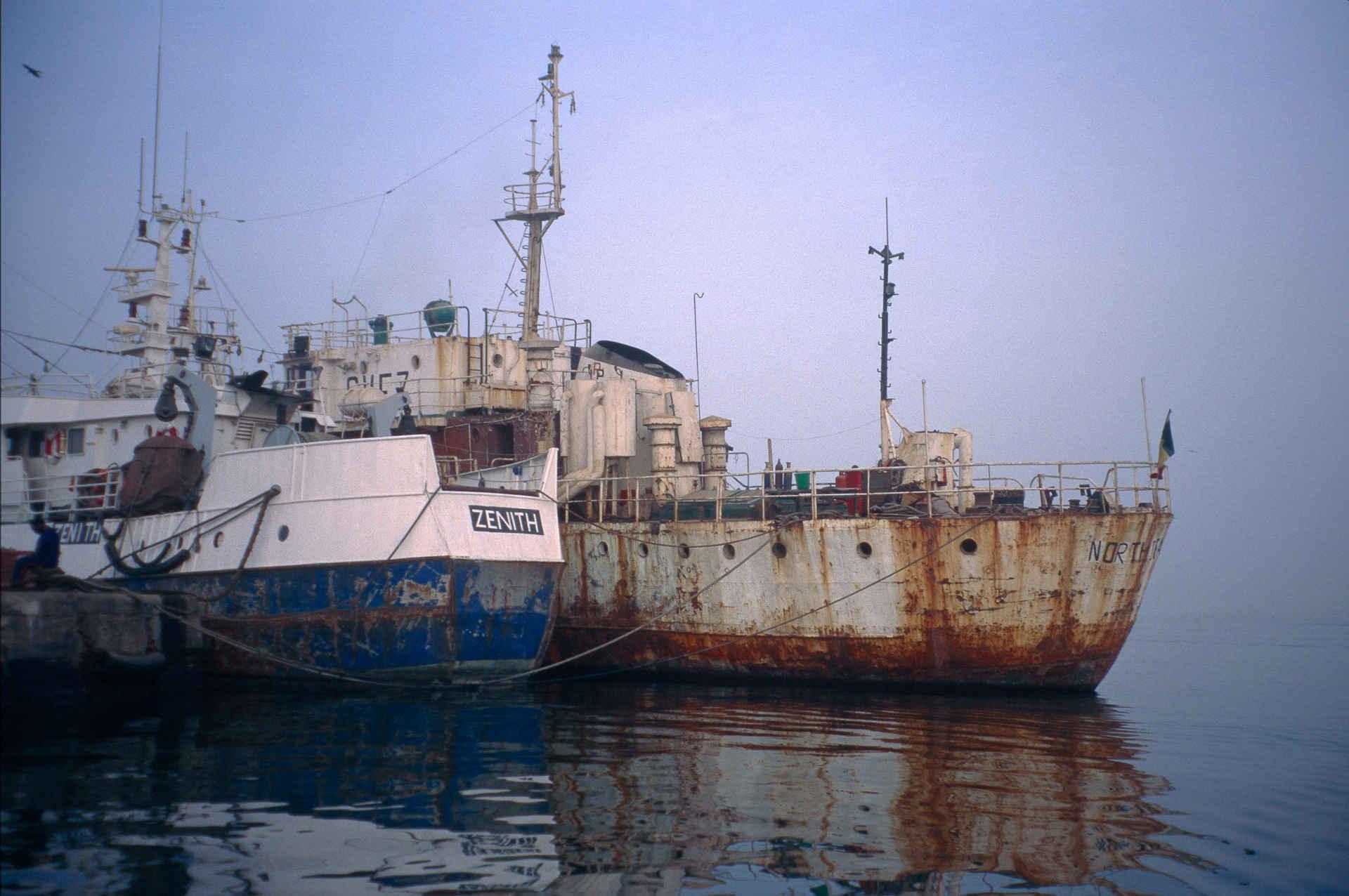 Fischfang: Trawler vor Anker in Dakar