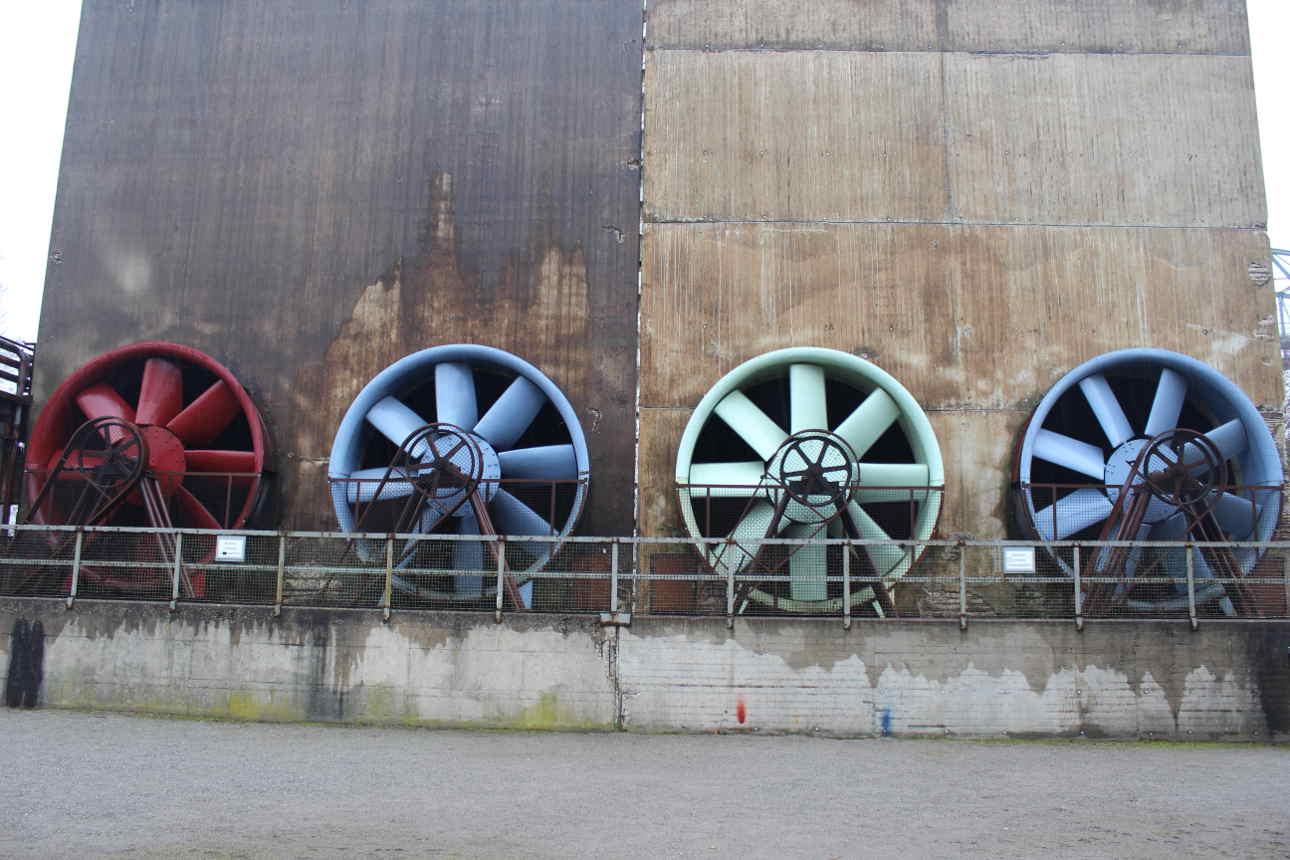 Strukturwandel: Bunte Ventilatoren im Landschaftspark Duisburg
