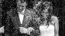 Hochzeit: Das Paar wird mit Reis beworfen