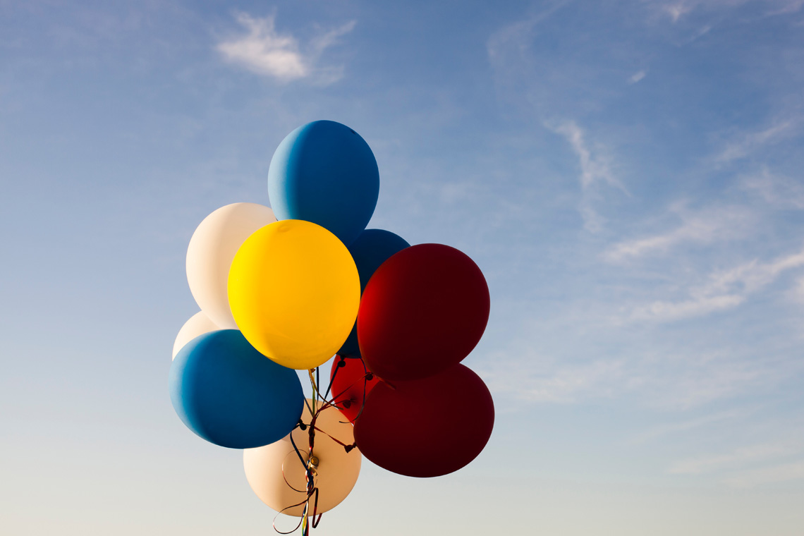 Green Wedding: Auf einer umweltfreundlichen Hochzeit sollte man Luftballons unbedingt vermeiden. Die Ballons schaden der Umwelt und vor allem den Tieren, speziell im Meer.