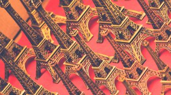Eiffeltürme als Souvenir. Das Pariser Klimaabkommen ist jetzt 1000 Tage alt.