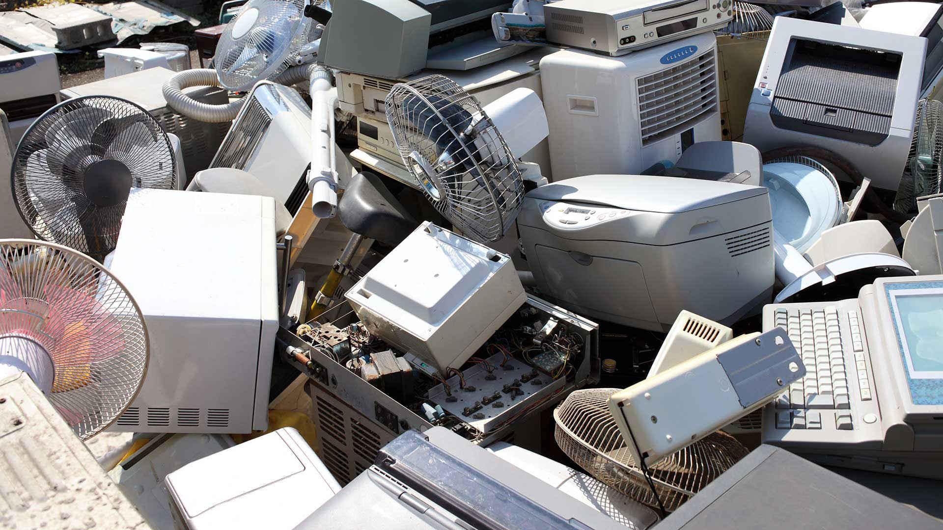 Elektroschrott: Berg von Altgeräten