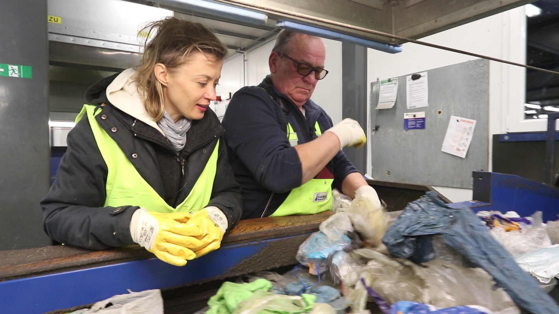 Plastik Recycling: Anne und Bernd am Fließband