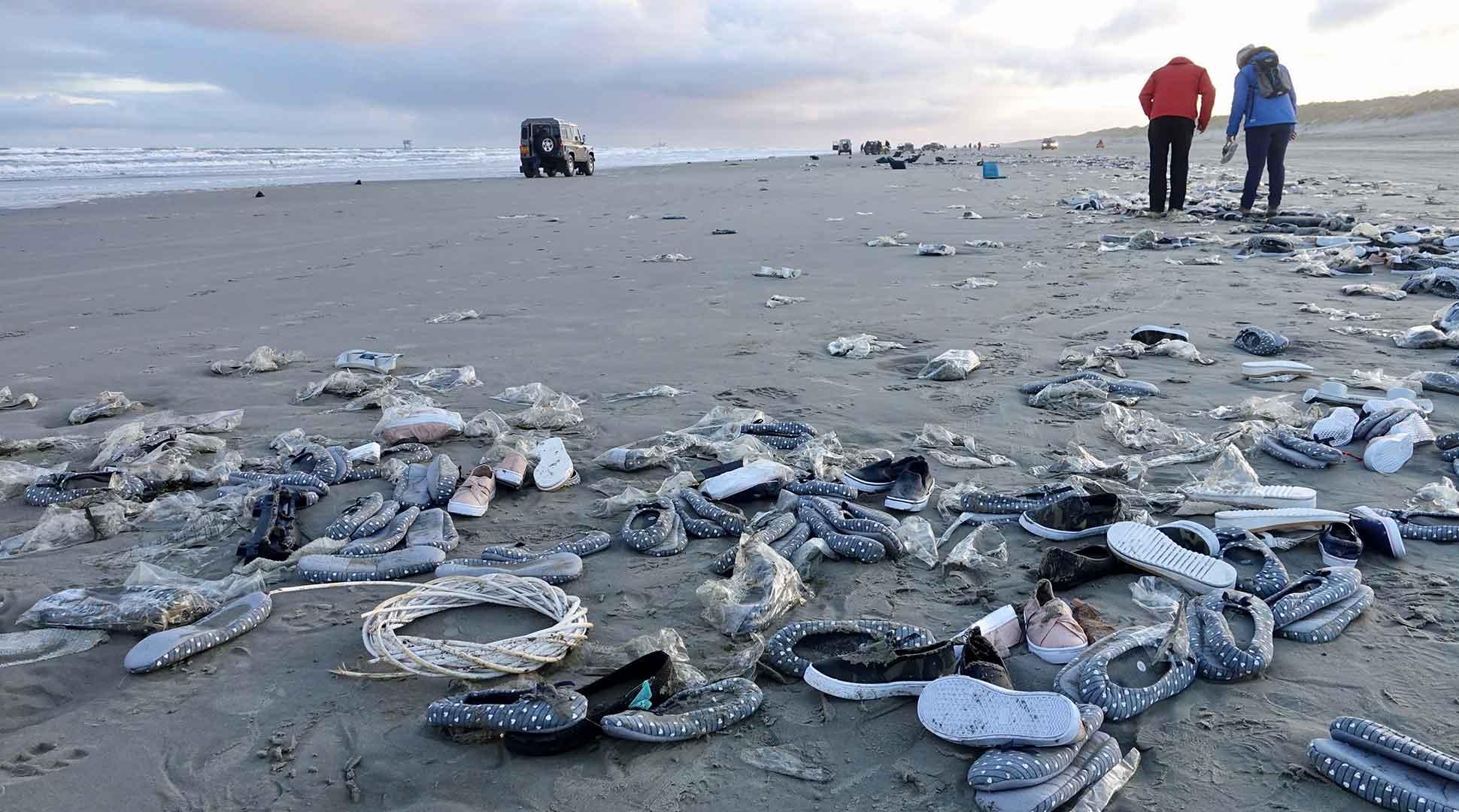 Container Müll im Wattenmeer: Angespülter Müll auf Ameland