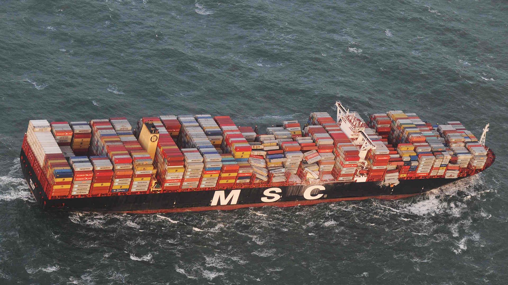Luftaufnahme zeigt das Containerschiff MSC ZOE, das im Sturm bis zu 270 Container verloren hat.