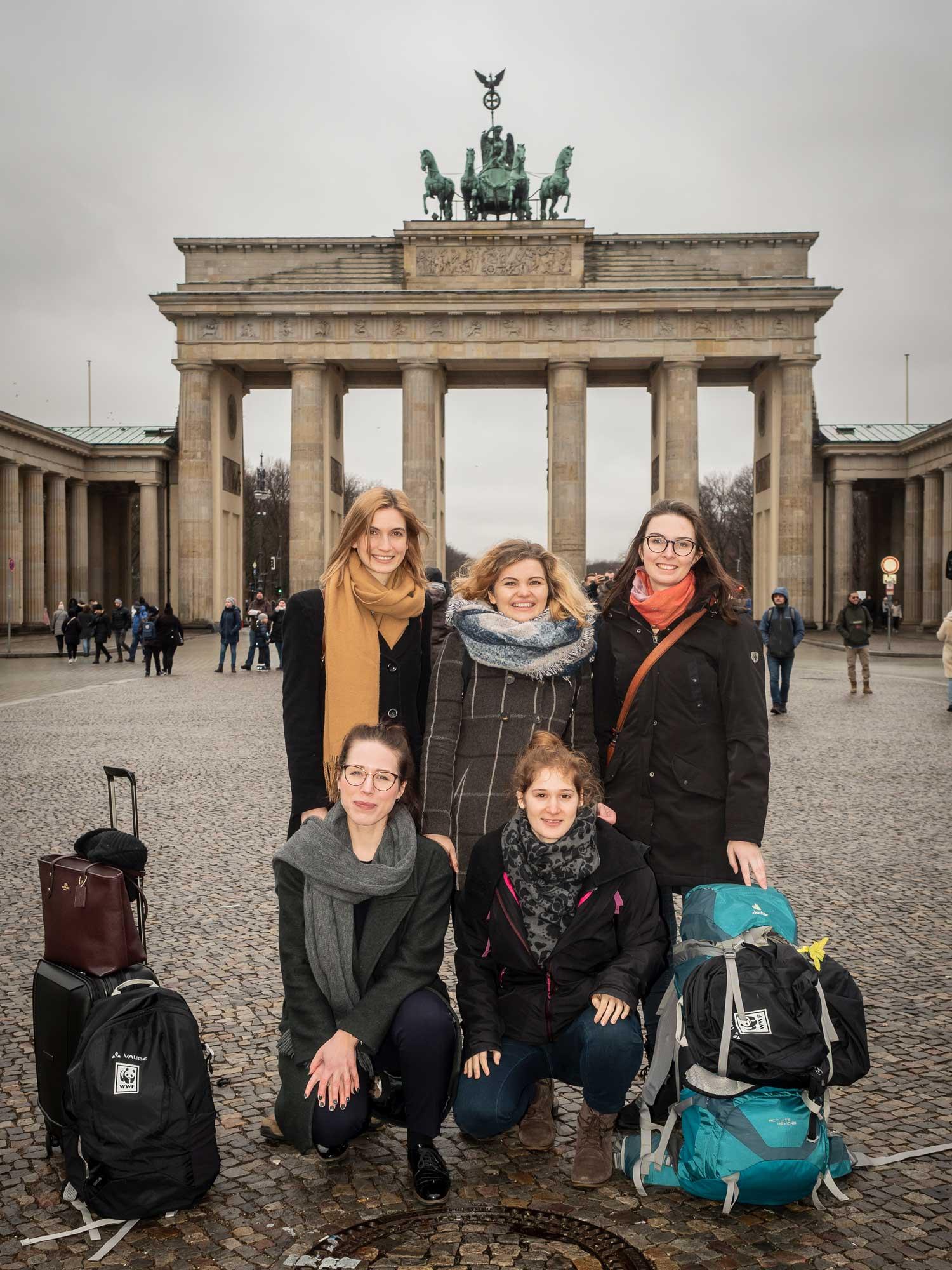 Die fünf neuen Trainees beim Treffen vor dem Brandenburger Tor in Berlin. © Daniel Seiffert