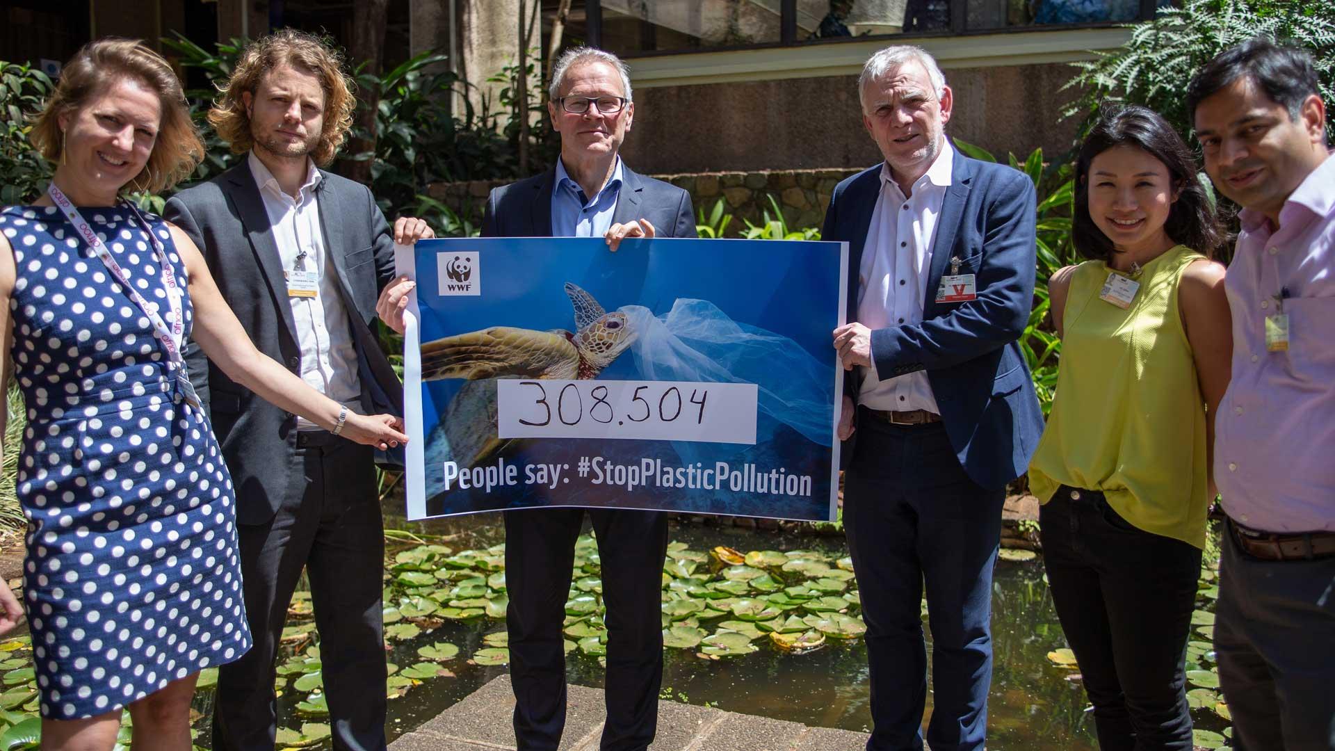 Wir haben heute eure 300.000 Überschriften an Umwelt-Staatssekretär Jochen Flasbarth übergeben. © Markus Winkler / WWF