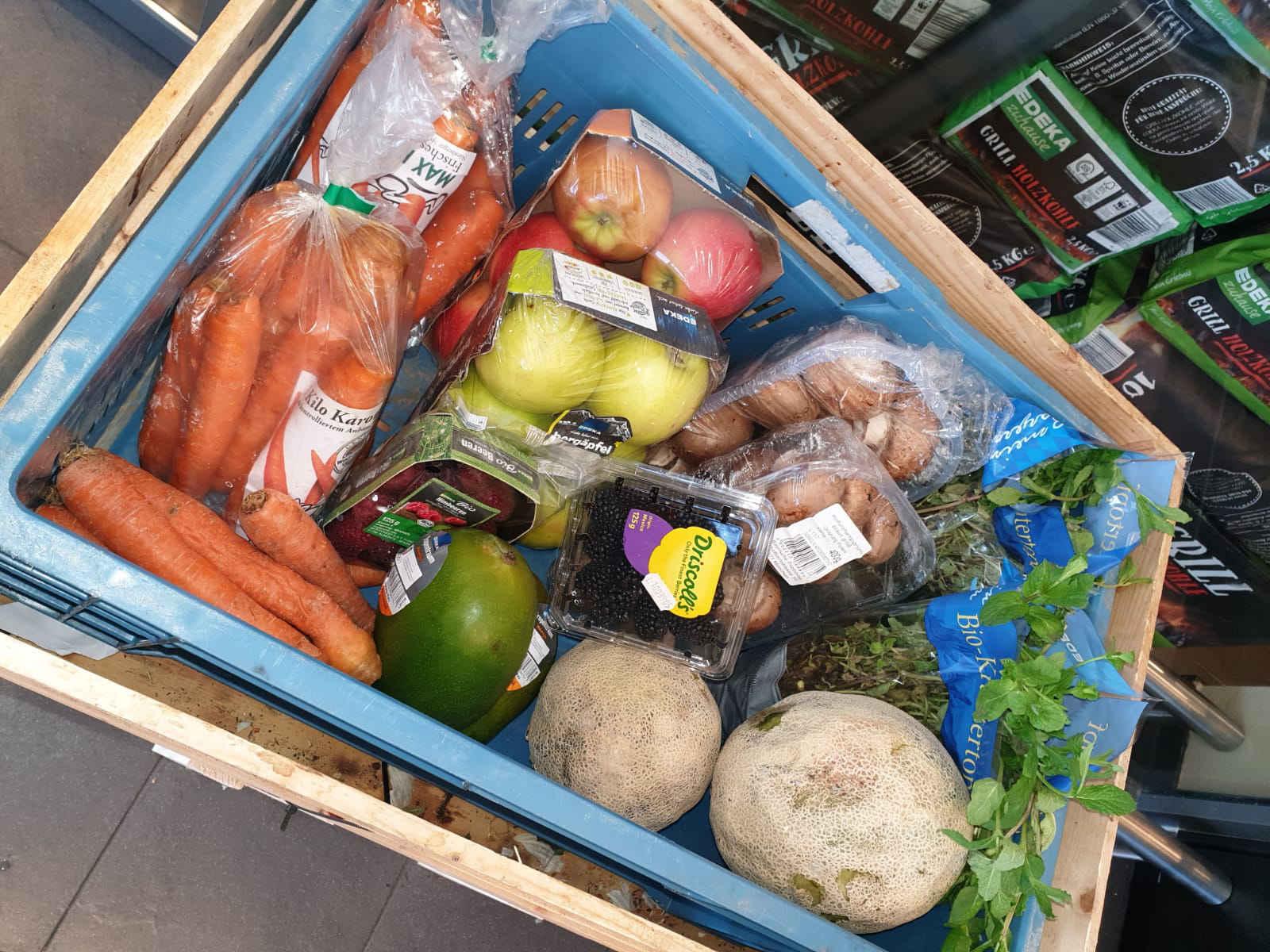 Kampf gegen die Lebensmittelverschwendung mit der Kiste Fair-Teiler bei Edeka Dirnberger