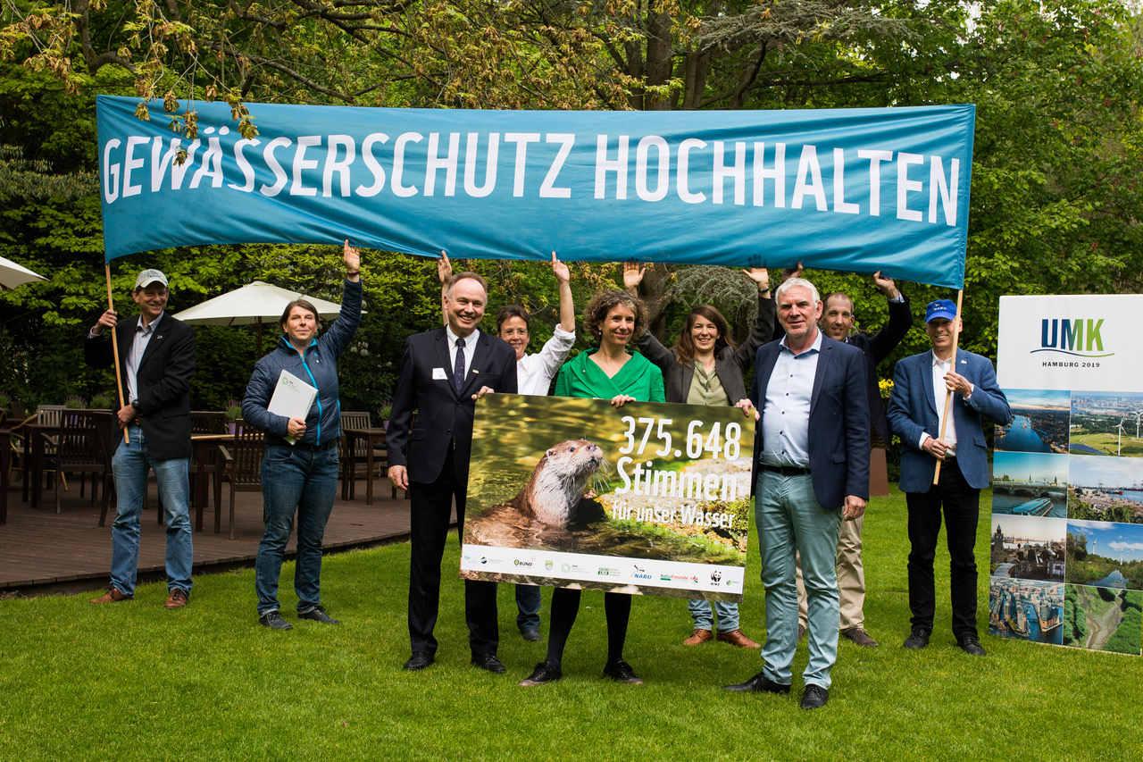 Wasserrahmernrichtline: Stimmenübergabe an Umwelt Staatssekretär Jochen Flasbarth in Hamburg