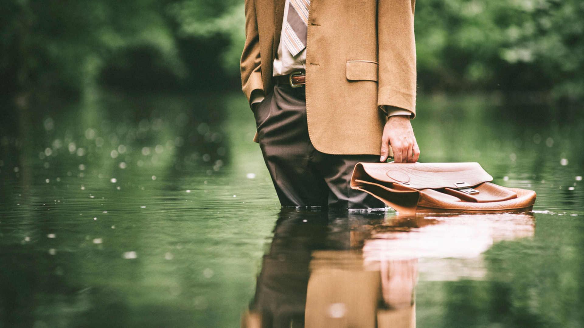 Europawahl Klimaschutz: Mann mit Aktentasche steht im Wasser