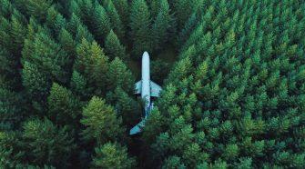 Klima Fußabrduck: Flugzeug steht im Wald