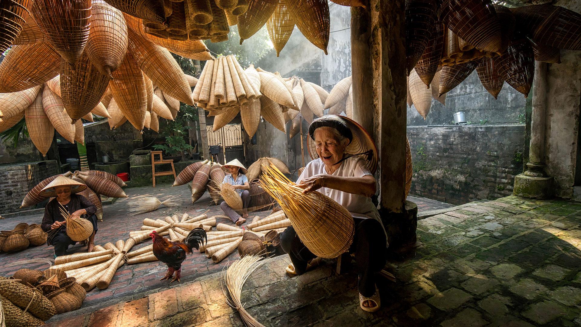 Frauen in der Fischerei: Knüpfen von Bambus-Fischfallen in Vietnam