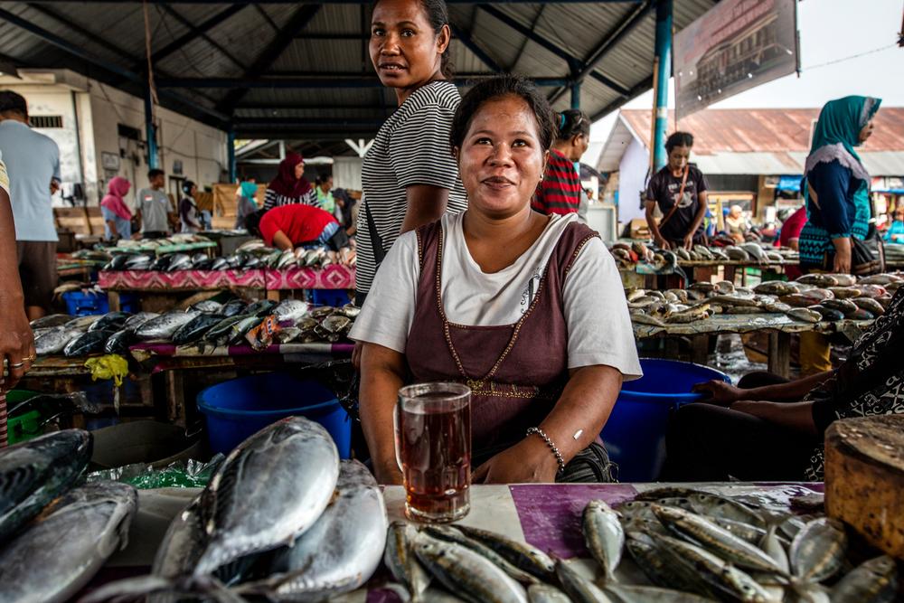 Eine Frau verkauft Fisch auf dem Langgur Markt in Indonesien © James Morgan / WWF-US