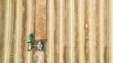 Boden ist die Lösung: Mähdrescher als Luftaufnahme