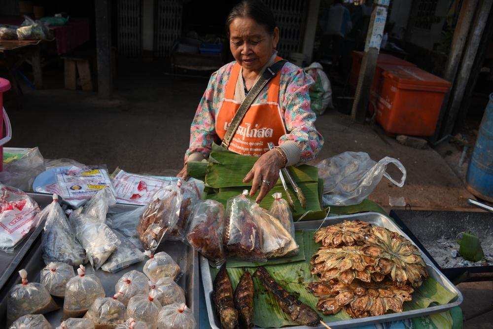 Frauen in der Fischerei: Fischverkäuferin auf dem Markt