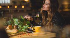 vegetarisch essen ist ansteckend: Frau isst