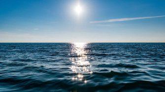 Meer Klimakrise: Die Sonne scheint auf die Wasseroberfläche