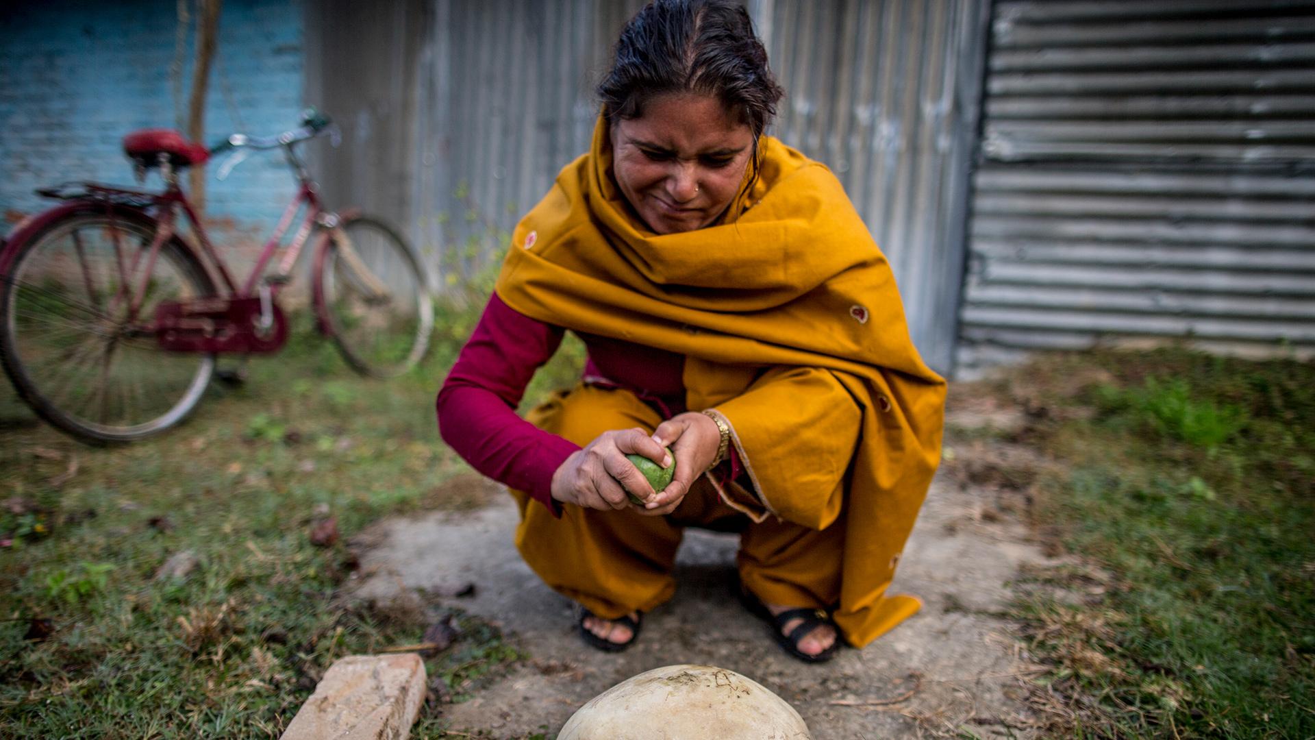 Frauen in Nepal: Maya Yogi vor der Saftfrabrik im Khata Korridor