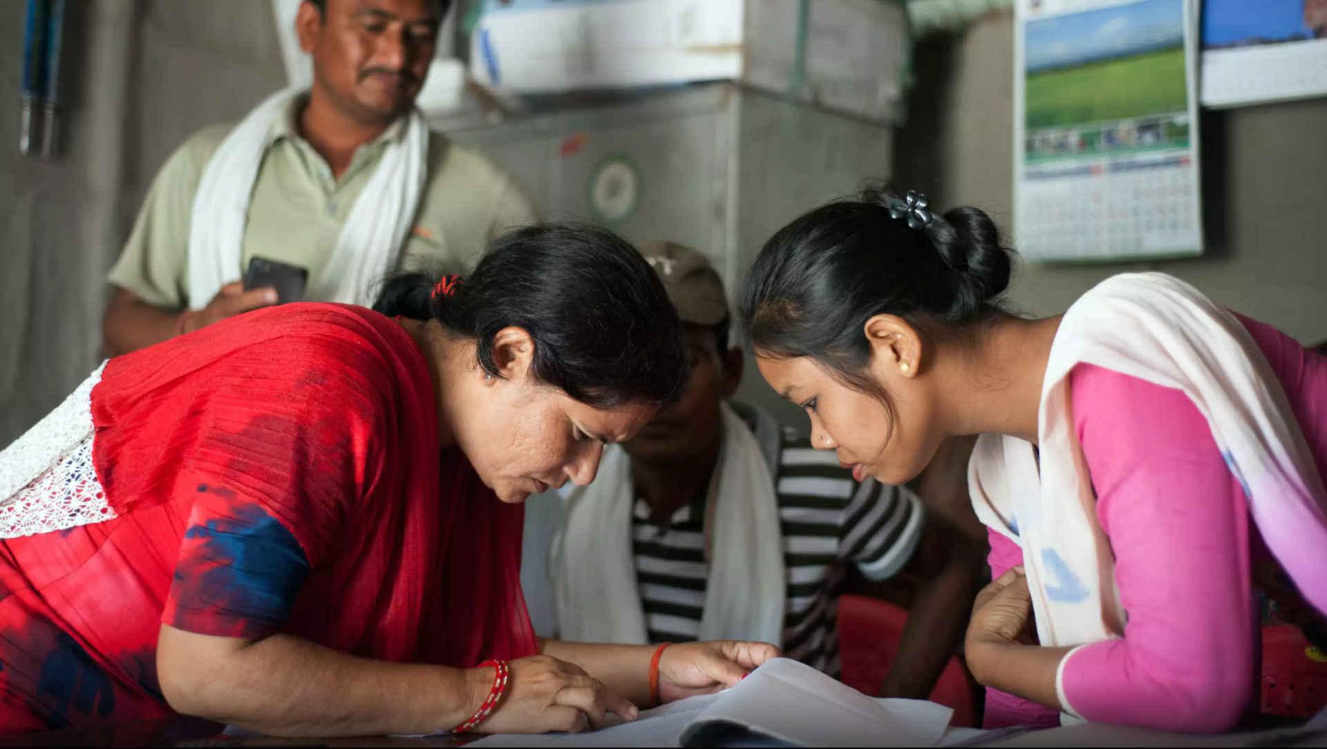 Starkew Frau: Maya Yogi mit Dorfbewohnern in Khata