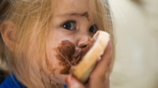 Nutella und Palmöl: Kind mit Nutella Brot