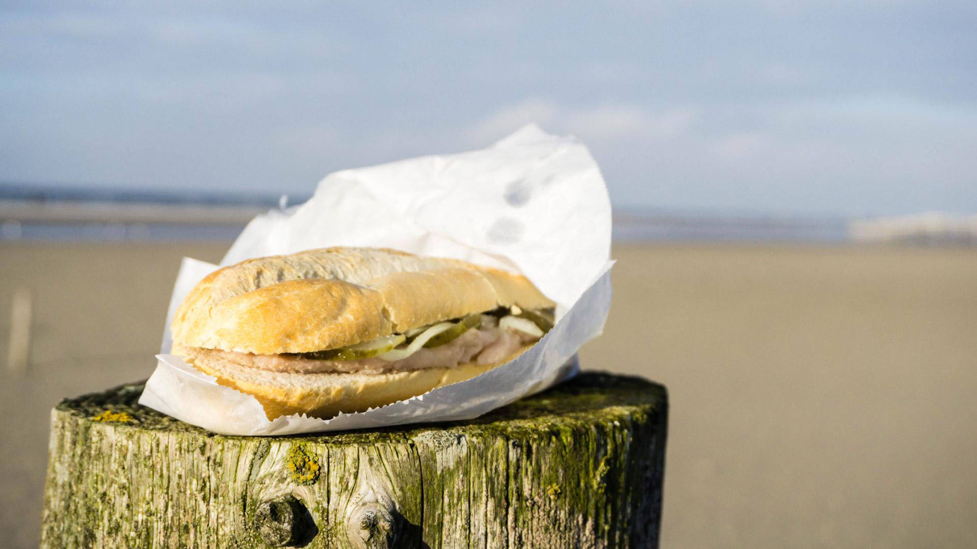 Fisch essen: Fischbrötchen an der Nordsee
