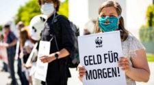 Konjunkturprogramm Corona: WWF-Demo vor dem Kanzleramt