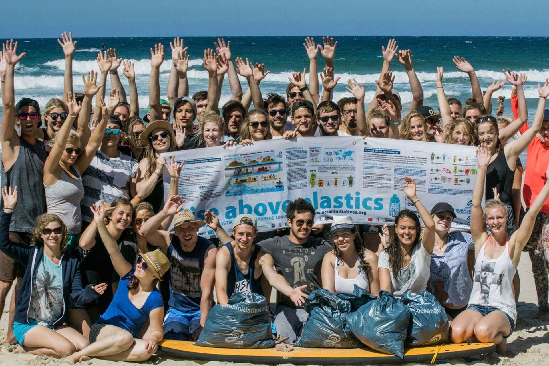 Surfen und Umwelt: Gruppenfoto Strand Clean Up