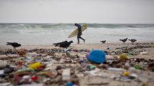 Surfen und Umwelt: Surfer am verdreckten Strand bei Rio, Brasilien