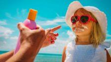 Kind mit Sonnencreme im Gesicht