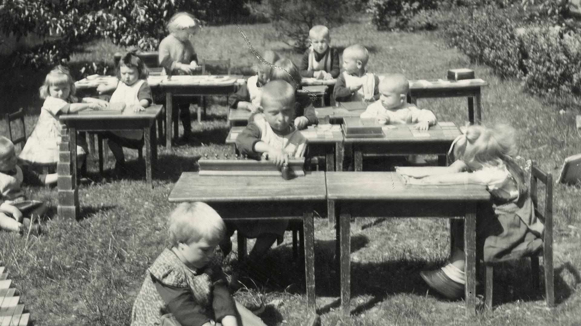 Kinder Lernen Montessori in der Natur
