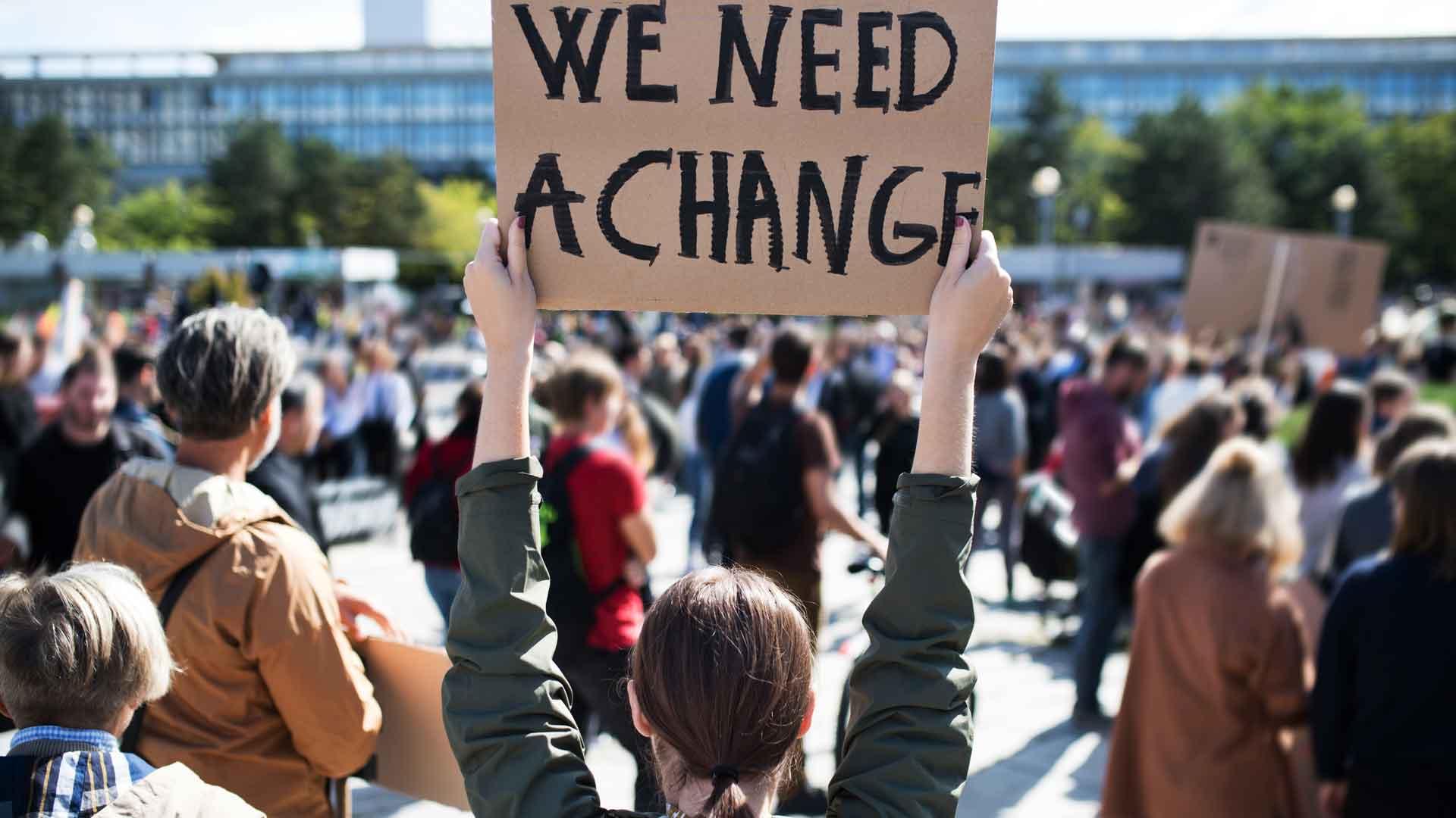 We need change, steht auf diesem Plakat: Wichtig gegen die Entwaldung: Unser Einsatz für entwaldungsfreie Lieferketten - wie hier auf dieser Demo