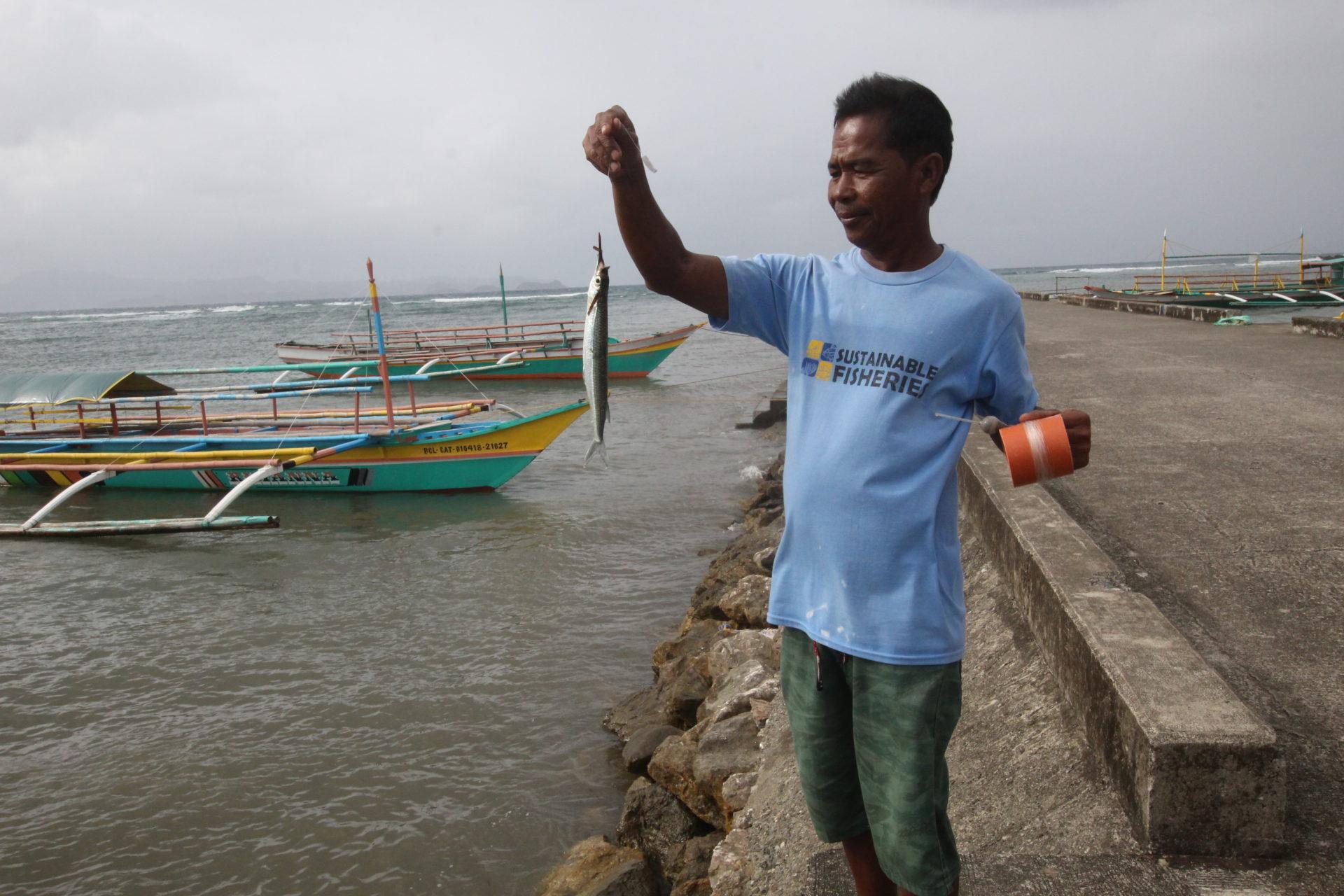 Philippinischer Fischer am Steg
