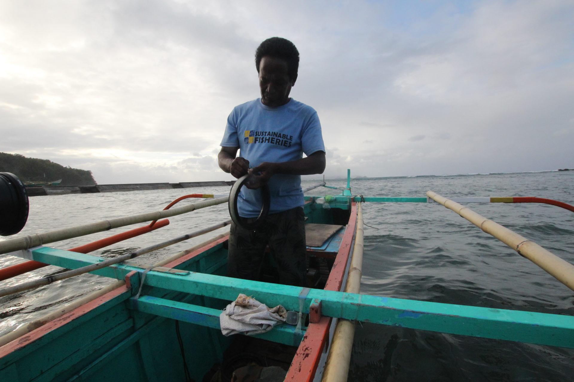 Handleinenfischer Alvin auf seinem Boot