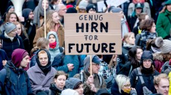 Klimaschutz Friday for Future Demo in Berlin im November 2019. Ältere Mann mit Schild Hirn for future