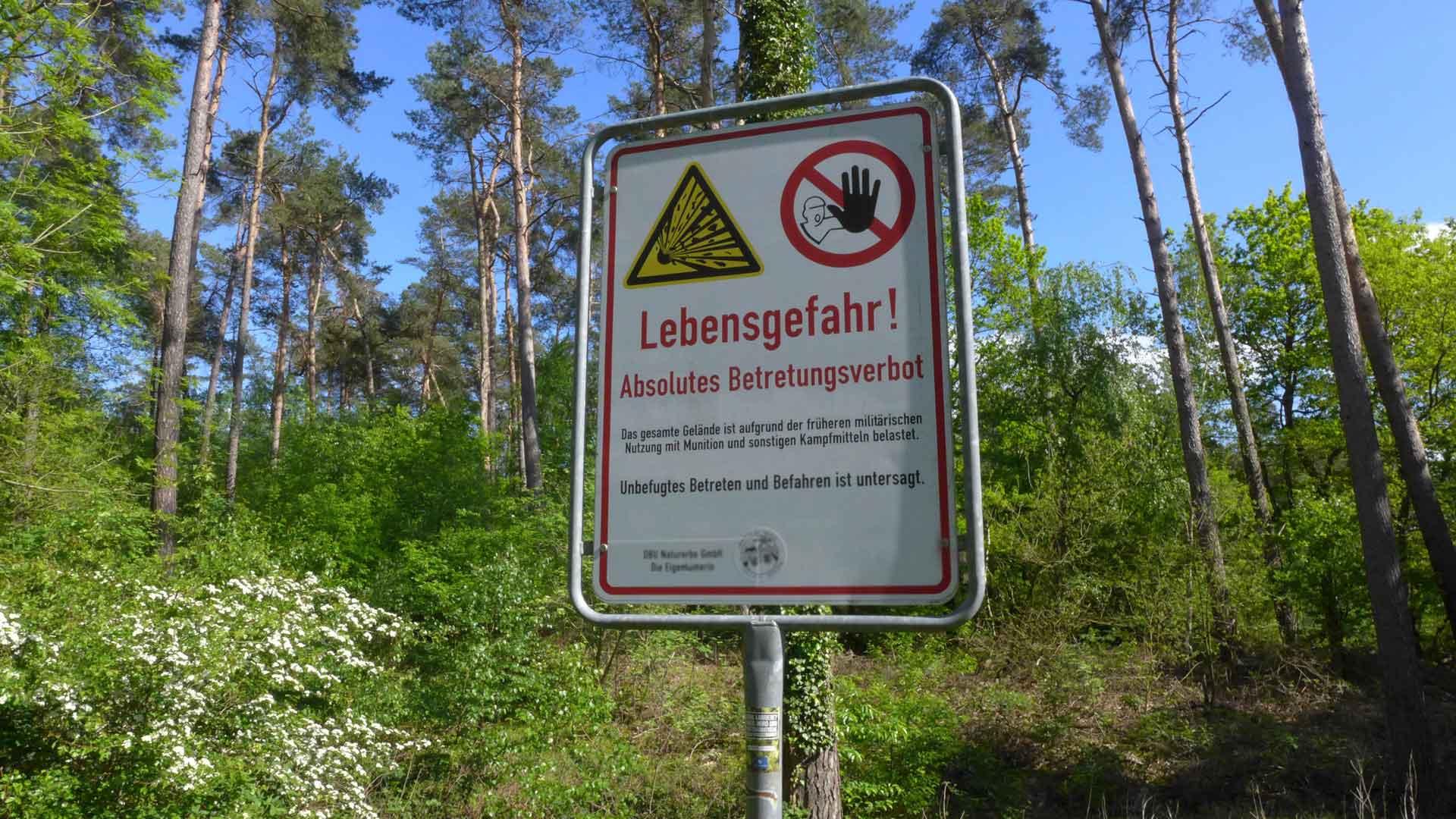 Wildnis in Deutschland: Lieberoser Heide in Brandenburg, Schild Vorsicht Munition, lebensgefahr
